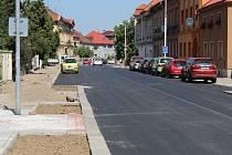 Ulice Volyňských Čechů je průjezdná, někde zbývá dodělat chodníky.