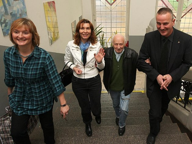 Do budovy uznávaného autora společně přivedli ředitel školy Miroslav Řebíček (vpravo) a učitelka českého jazyka Lenka Kafková (vlevo).
