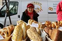 Farmářské trhy v Lounech. Čerstvé pečivo nabízela Lada Vacková.