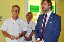 Ministr zdravotnictví Adam Vojtěch (vpravo) a primář žatecké chirurgie Jiří Němec
