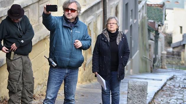 Režisér Jan Hřebejk si přes mobilní telefon prohlíží scénu před natáčením na Nádražních schodech v Žatci.