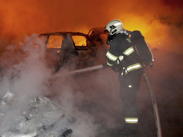 Požár autovraků v těsné blízkosti domu v Počeradech