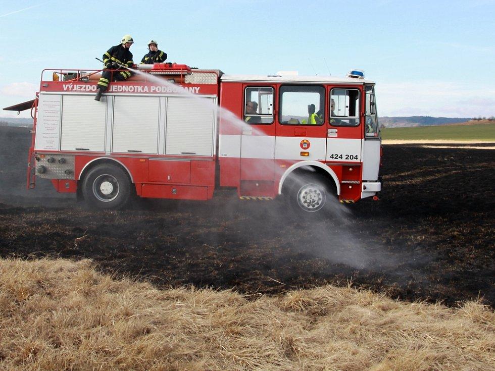 Rozsáhlý požár travního porostu a rákosu u Vroutku