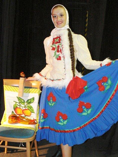 Sólistka Ksenija ukazuje nádherný kroj při vystoupení moskevského souboru v lounském divadle.