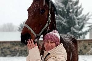 Zima dorazila i na zámek Krásný Dvůr na Lounsku. Depozitářka nosí koním mrkev