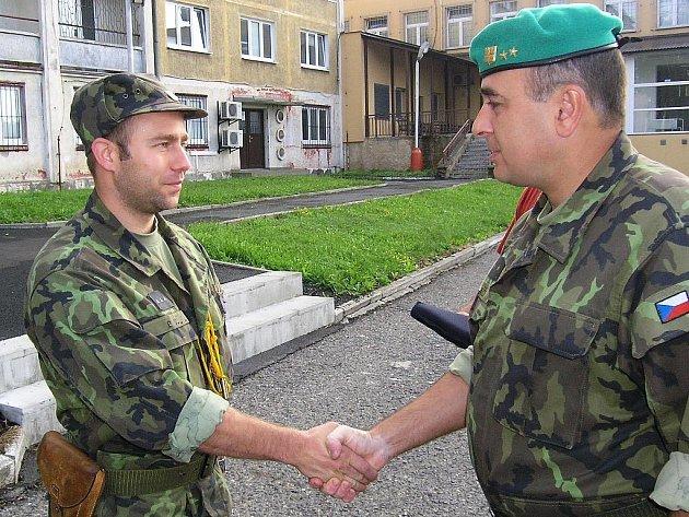 Podplukovník Petr Vašíček předává medaili druhého stupně Radku Málkovi ze Žatce.