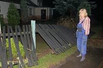 Blesková povodeň 9. 6. 2013. Renata Martinovská v neděli večer obhlížela škody, které velká voda z Blšanky způsobila v Řepanech. Za ní je dům Semerádových, kteří měli vodu po okna.