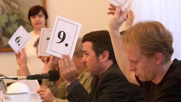 Hlasování žateckých zastupitelů v čele s tamním starostou Erichem Knoblauchem (s číslem 9).