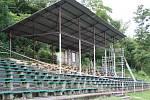 Demolice starého zastřešení tribuny na fotbalovém stadionu Slavoje Žatec