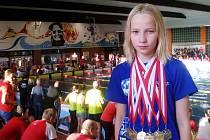Lounská plavecká naděje Jitka Hornofová s medailemi z Rakouska.