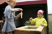Děti si mohly vlastnoručně vyrobit svíčku