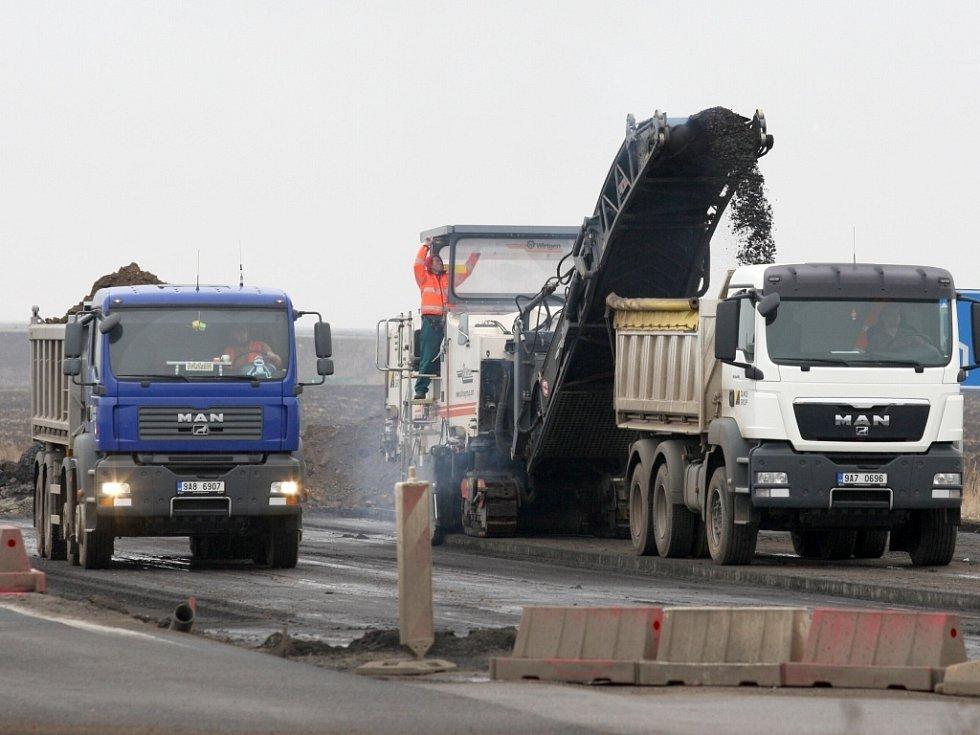 Výstavba mimoúrovňové křižovatky na rychlostní komunikaci R7 z Prahy do Chomutova.