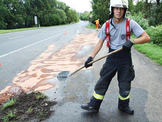 Hasič Pavol Čučvara likviduje únik nafty v žatecké Plzeňské ulici na odpočívadle u Kauflandu