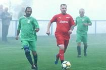 Fotbalisté Lenešic (v červeném) přišli o poločasové vedení a zcela zaslouženě podlehli Oseku, který byl fotbalovější a měl po celé utkání převahu.