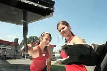 Žatecké studentky Veronika Žižková a Gábina Šorfová si přivydělávají mytím skel automobilů u čerpací stanice.