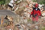 Špičkoví psí záchranáři a jejich dvounozí parťáci se ve Chbanech utkali o prestižní Pohár Prezidenta. V sutinách vyhledávali živé i mrtvé.