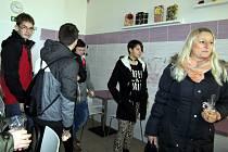 Mladí lidé s učitelkou, kteří přijeli ze Základní školy ve Vroutku.
