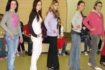 Mladé krásky nacvičují  své vystoupení na vyhlášení soutěže Dívka roku 2009.