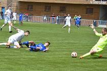 V utkání rozdílných poločasů se divizní celky rozešly smírně. Fotbalistům Loun (v modrém) patřil první poločas, jejich soupeři ten druhý.