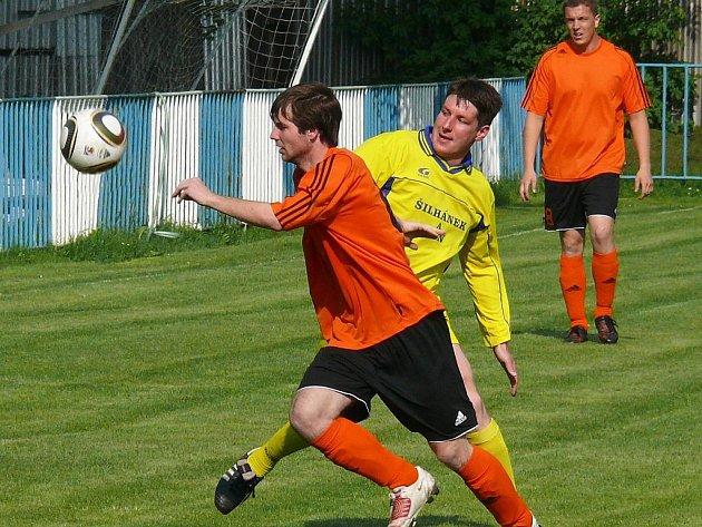 V semifinále okresního poháru Ekostaveb prohrály doma Černčice s Havranem Kryry 2:6. V záběru je domácí Tomáš Halíř sledovaný kryrským Jiřím Gregorem.