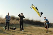 Modeláři pouštějí letadlo nedaleko Ohře v Žatci