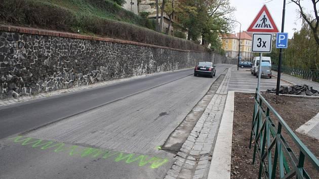 Část asfaltu v Nákladní ulici v Žatci se pokládá znovu.