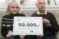 Miroslav Kalina i letos věnoval chomutovské nemocnice sponzorský dar ve výši 50 tisíc korun. Šek převzala primářka onkologického centra Martina Chodacká .