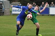 Fotbalisté Loun (v modrém)se nadřeli na hubenou výhru na Perštejnem, který bojuje o záchranu.