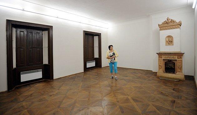 Průvodkyně Drahuše Ždímalová vjedné  zgalerijních místností.