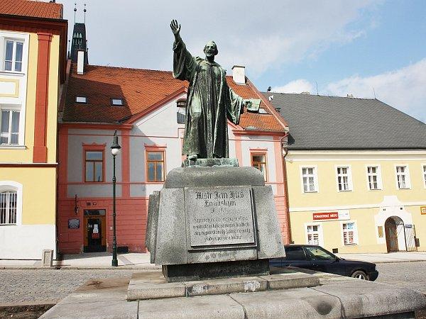 Socha Jana Husa na lounském Mírovém náměstí bez hradby tisů