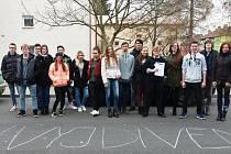 Stávkující studenti podbořanského gymnázia.