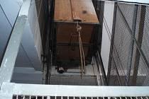 Klecový výtah, u kterého zloději odřezali kabely.