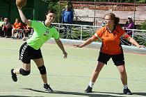 Lenka Potěšilová střílí na branku Přeštic v loňském utkání v Žatci. Teď sice dala v Přešticích čtyři branky, na body to nestačilo. Na žatecké házenkářky i házenkáře čekají o víkendu důležitá utkání.