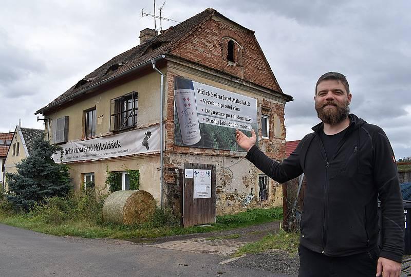 Jakub a Robert Mikuláškovi se před deseti lety přestěhovali z Karlových Varů do Vičic pod Nechranickou přehradou. Jejich rodinné vinařství se postupně rozrostlo, letos připraví rekordních šest tisíc litrů burčáku. Klasického vína ještě víc.