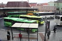 Autobusové nádraží v Žatci v pondělí 7. ledna. Pravidelné linky zajišťují autobusy hned několika dopravců.