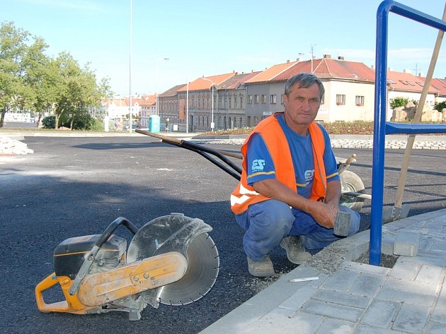 Jaroslav Rendl pracuje na  kruhovém objezdu u Plusu v Lounech.