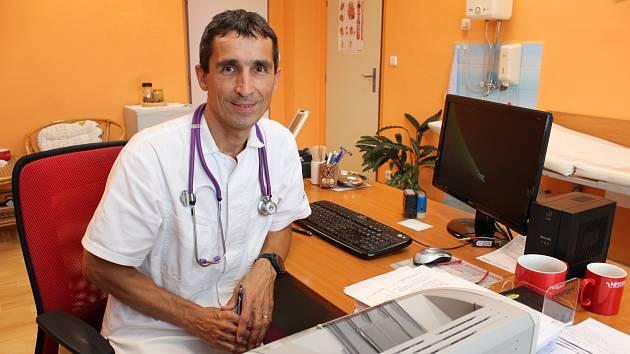 Praktický lékař Miroslav Urban ve své postoloprtské ordinaci