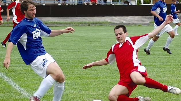 Obranný zákrok v nedělním utkání FK Louny B – SK Černčice předvádí vpravo padající lounský obránce Jiří Sainer, který je stabilním hráčem kádru A týmu. Přípravné utkání skončilo vítězstvím lounské rezervy 3:1.