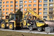 Práce na opravách chodníků na největším žateckém sídlišti.