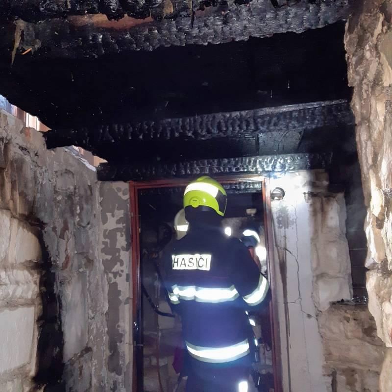 Hasiči vynesli z hořící chaty v Košticích tři propanbutanové lahve