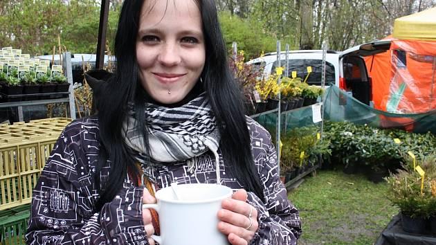 Prodejkyni Miroslavě Knížkové přišel ve čtvrtek v poledne vhod šálek horkého čaje. Bylo chladno a deštivo.