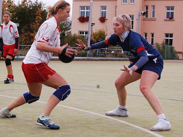 Utkání podzimní části I. ligy národní házené Žatce se Studénkou. V bílém Lenka Wüstová.