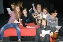 Žáci literárně dramatického oboru lounské umělecké školy, kteří se zapojili do projektu.