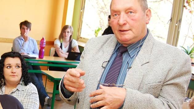 Petr Bukáček, starosta Blšan, na archivním snímku při návštěvě podbořanského gymnázia