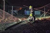 V Bezděkově u Žatce na fotbalovém hřišti zasahovali dobrovolní hasiči.