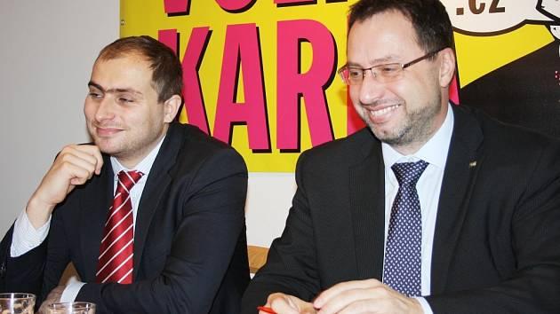 Michal Kučera (vpravo), poslanec za TOP 09, otevřel včera v Lounech kancelář. Na snímku s Vojtěchem Vágnerem, předsedou místní organizace strany.