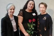 Jana Hendrychová (uprostřed), oceněná sociální pracovnice z Loun, s patronkou projektu Hanou Maciuchovou a Táňou Fischerovou