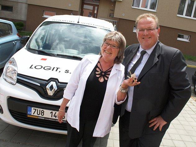 Ředitelka Pečovatelské služby Podbořany Ivana Sýkorová a starosta Podbořan Radek Reindl přebírají nový automobil.