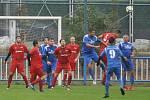 Za vytrvalého studeného deště nasázeli hráči Duchcova (v modrém) do sítě Lenešic sedm branek a mohli jet spokojeně domů.