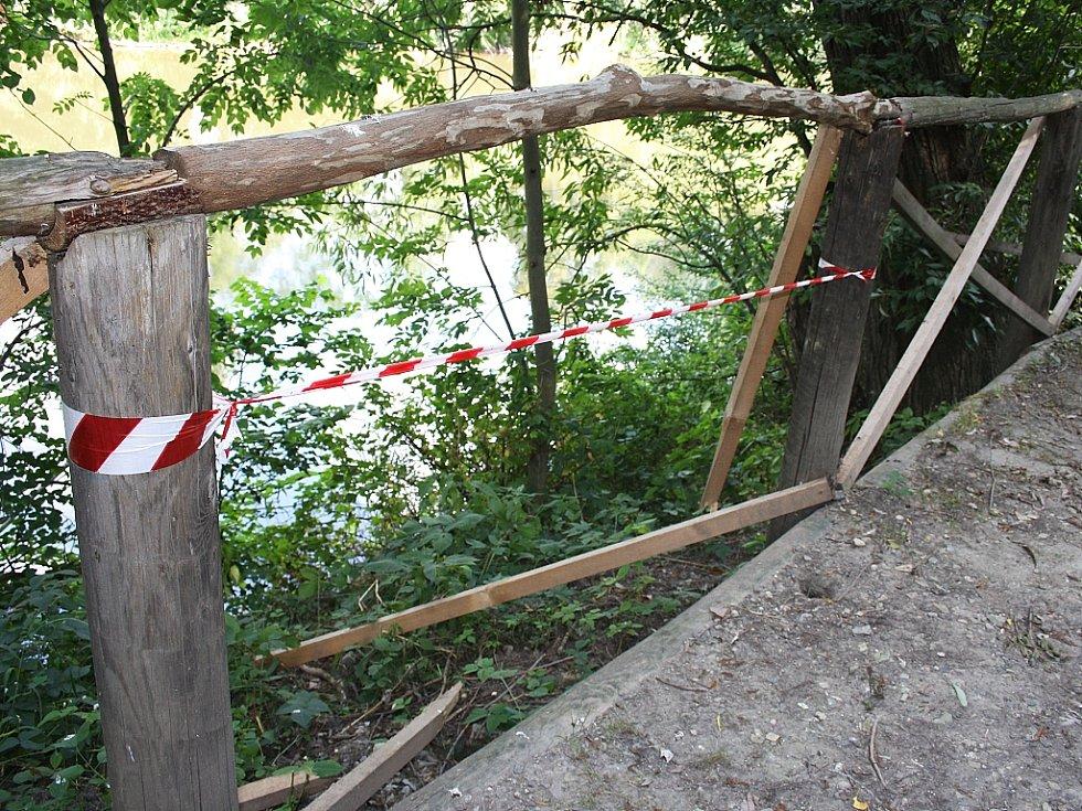 To je dílo vandalů - opět zničené zábradlí